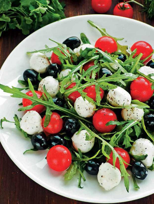Салат помидоры оливки моцарелла
